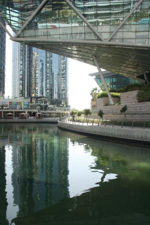 Bonnington Jumeirah Lakes Towers : wandering around outside the hotel area