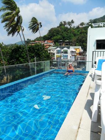 Rama Kata Beach Hotel: Rooftop Pool Area