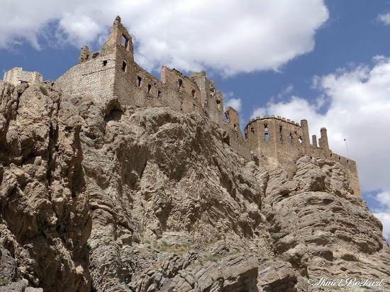 Hosap Castle (Hosap Kalesi): Dere ve yol tarafından görünüm
