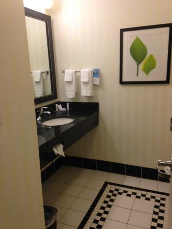 Fairfield Inn & Suites: Bathroom