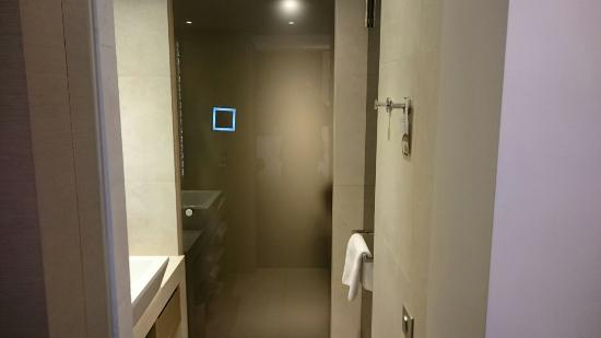 La Villa Maillot : Eingang zum Bad durch eine Milchglas-Schiebetür