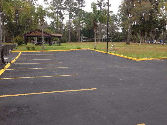 Howard Johnson Express Inn Gainesville FL: Parking lot and grill area