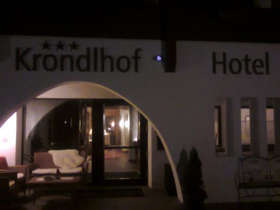 Hotel Krondlhof : L'ingresso di sera - (Foto da cellulare 21.2.2015).