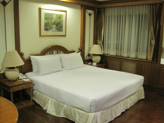 Bliston Suwan Park View : bedroom with queen size bed