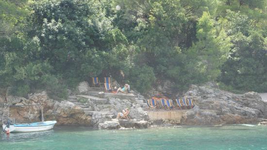 Herceg-Novi, Montenegro: Отдыхающие, рсположившиеся по соседству на скалах