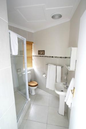Dockside Guest House: Ethnic Bathroom