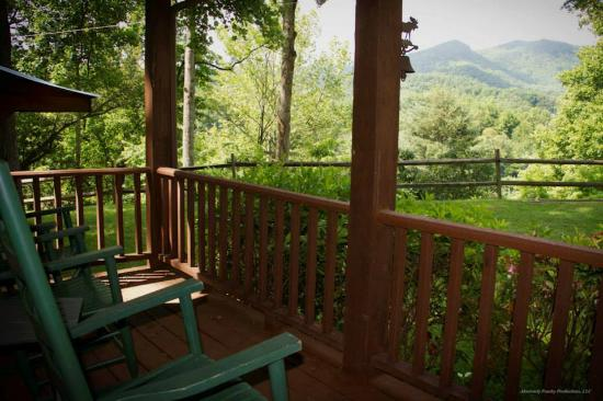 Sunset Farm Cabins: Front porch view