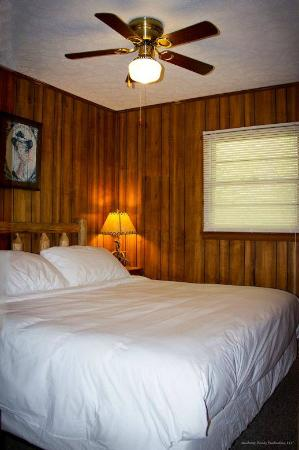 Sunset Farm Cabins: King Size Bedroom