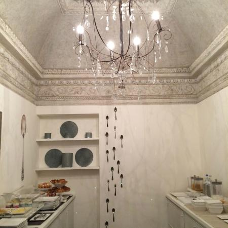 GombitHotel: Frühstücksbuffet im schönen Raum