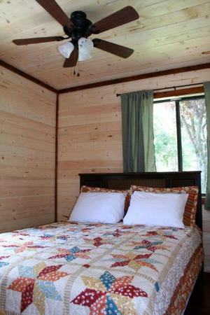 Sunset Farm Cabins: Queen bedroom
