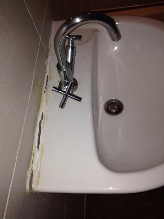 The Beeches Apartments: Sink falling off wall at 9f