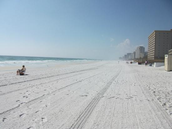 Hampton Inn & Suites Destin: Beautiful beach all you have to do is cross a side road and you are there.