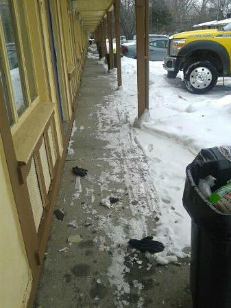 Americas Best Value Inn & Suites - Warren / Detroit: garbage laying in front of the rooms!!