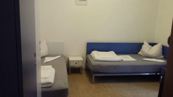 camera doppia con letti singoli - Bild von Youth Hostel Merano ...
