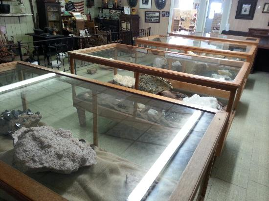 Bluff Dwellers Cave: Museum
