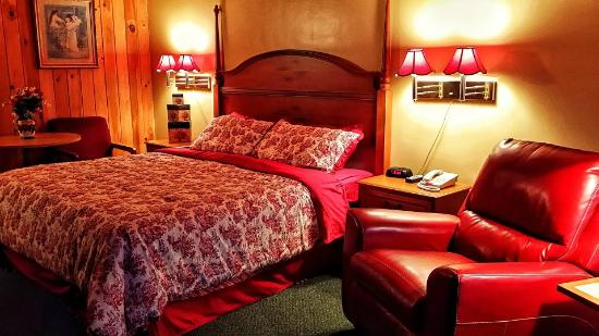 Saluda Mountain Lodge: Parisian Red Guestroom