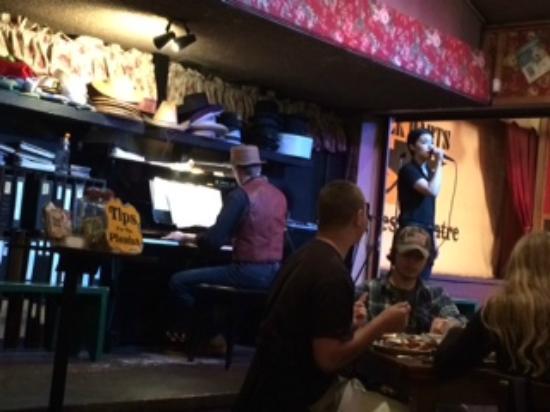 Black Barts Steakhouse: 歌うウェートレス