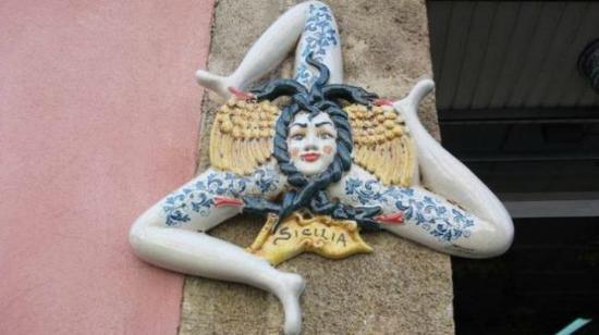 Stemma in ceramica antica trinacria oggi sicilia. foto di