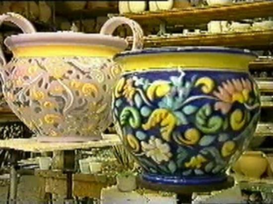 Vasi in ceramica decorata a mano. foto di ceramiche artistiche