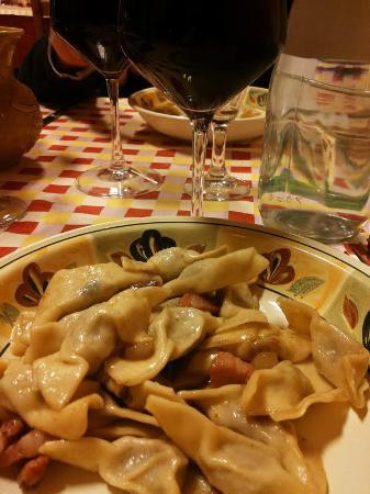 Trattoria Al Pascoletto: Casoncelli e calice di vino.