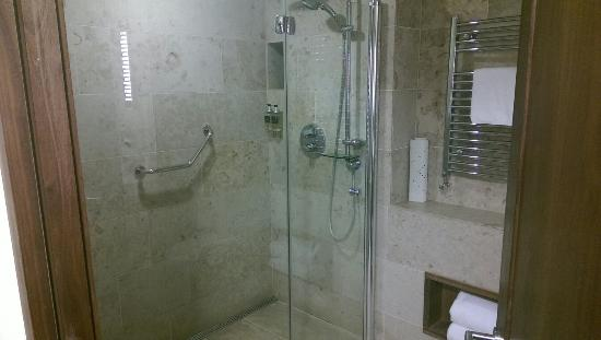Hotel Westport: Absolutely huge shower!