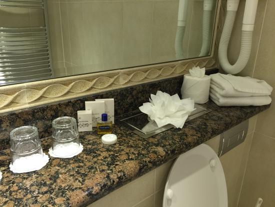 Harrington Hall: Bathroom