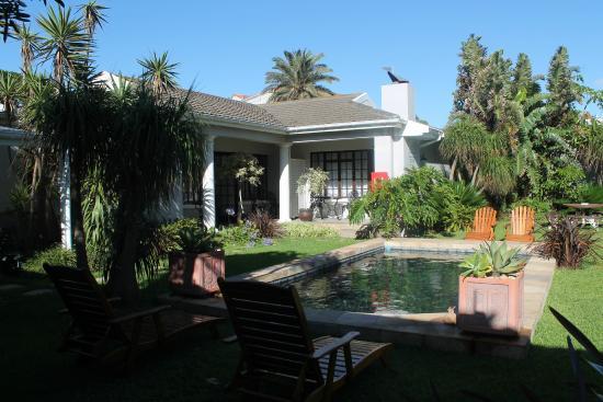 Beachwalk Bed and Breakfast: Garden courtyard