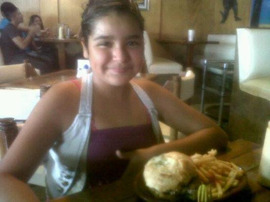 Godzilla's Monster Burgers: Valeria y su hamburguesa de Godzillas