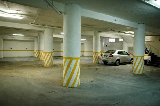 Hotel Portonovo Plaza: Parking