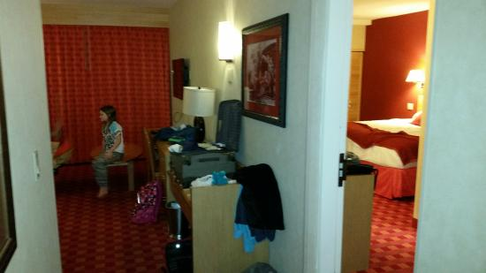 Howard Johnson Anaheim Hotel and Water Playground : Split view of the Family Suite - left kids, right parents