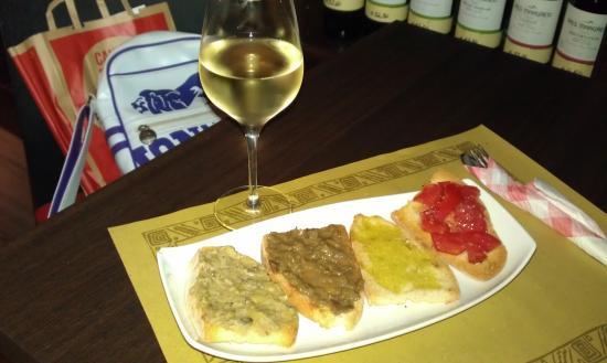 Enoteca Piacere Divino: Aperitivo servido gratuitamente con el vino.