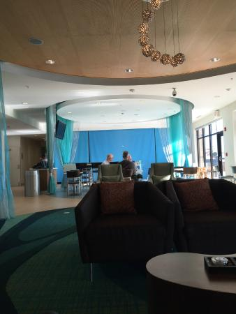 SpringHill Suites Cincinnati Airport South: Breakfast and sitting area