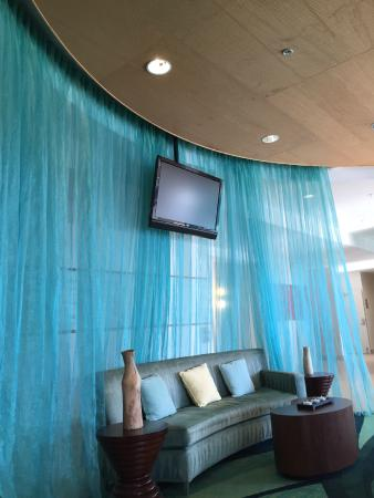 SpringHill Suites Cincinnati Airport South: Cool modern lobby seating