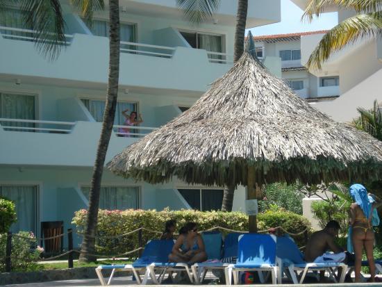 Isla Caribe Beach Hotel: vista de la pileta a la habitacion donde estabamos