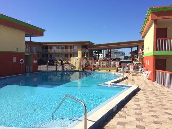 Roomba Inn Suites Great Pool