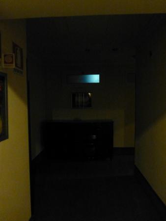 Britannique Hotel : Dark hallway upon exiting the elevator