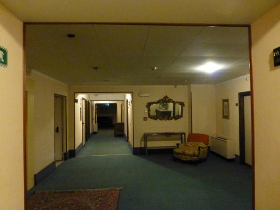 Britannique Hotel : Dreary, dated decor