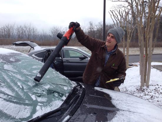 Fairfield Inn & Suites Chattanooga I-24/Lookout Mountain: Cleaning snow off guests's vehicles with a leaf blower...now THAT'S service!