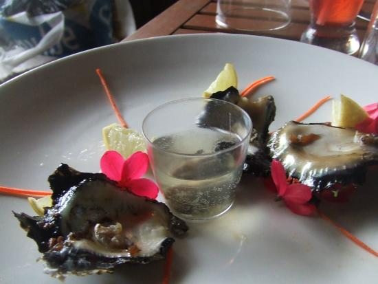 Oyster Island Resort Restaurant : Wine oysters