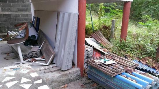 Nice Moon Resort: Müllhalde unter unsrem Bungalow