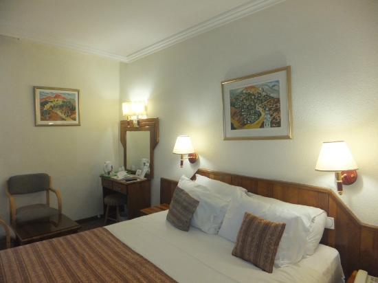 Jerusalem Gate Hotel: bed and desk