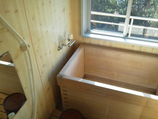 Kamogawakan Ryokan: 部屋の内風呂の檜風呂