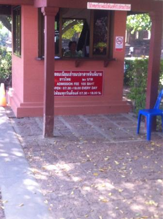 Khmer Ruins: Even too ashamed to write unfair racist Thai price in international letters as it normally is...