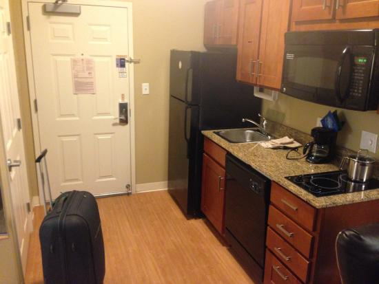 Candlewood Suites Tallahassee: Kitchen area