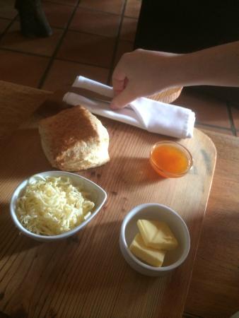 Stormsvlei Farm Stall & Restaurant: Scone con mermelada de Albaricoque ,queso y mantequilla