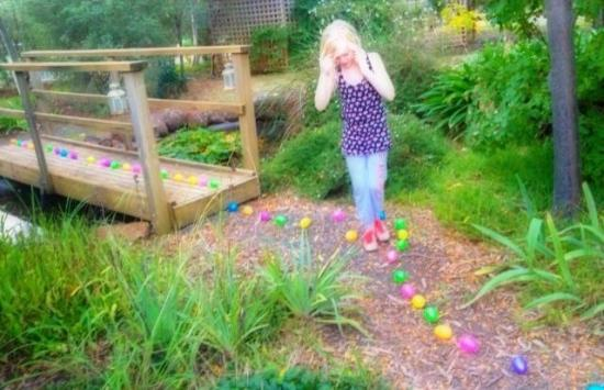 Elinike Guest Cottages: Easter trail in front of the lilac cottage