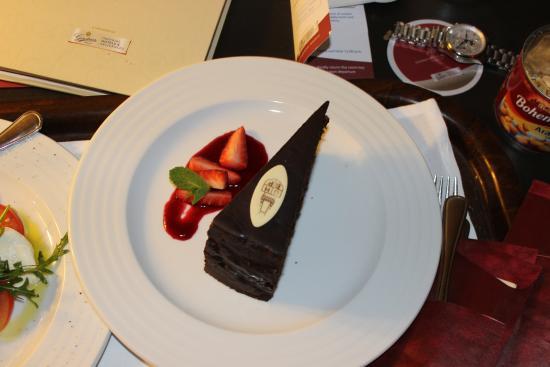 Grand Hotel Bohemia: Фирменный тортик в номер