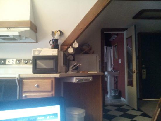 Stone Soup Inn: half of the decent little kitchenette
