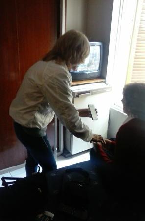 Providencia Apart Hotel: Mirando tele en familia