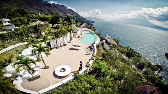 Tzampoc Resort: survol de la piscine en surplomb